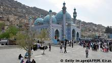 ARCHIV 2013 *** Visitors throng Karte Sakhi's Shrine on the foothills of TV Mountain in Kabul on April 26, 2013. The shrine is the second most sacred place of Shia worship in Afghanistan. AFP PHOTO/Manjunath KIRAN (Photo credit should read Manjunath Kiran/AFP/Getty Images) © Getty Images/AFP/M. Kiran