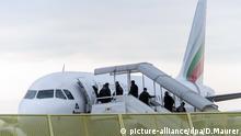 ARCHIV - ILLUSTRATION- Abgelehnte Asylbewerber steigen am 09.12.2014 am Baden-Airport in Rheinmünster (Baden-Württemberg) im Rahmen einer landesweiten Sammelabschiebung in ein Flugzeug. Foto: Daniel Maurer/dpa (zu dpa Härtefallkommission rechnet mit weniger Anträgen im laufenden Jahr vom 08.10.2016) +++(c) dpa - Bildfunk+++ | Verwendung weltweit