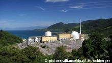 Die beiden brasilianischen Atomreaktoren Angra 1 (l.) und Angra 2, aufgenommen am 06.04.2005 nahe Angra dos Reis im Bundesstaat Rio de Janeiro. Ende 2004 haben Brasilien und Deutschland ihre Zusammenarbeit am bisherigen gemeinsamen Atomprogramm eingestellt. Danach sollten mit deutscher Technologie dennoch mehrere Kernkraftwerke in Brasilien errichtet werden. Gebaut wurde aber nur in Angra. Die Anlage Angra 2 wurde von Siemens in Zusammenarbeit mit einheimischen Firmen errichtet und kostete 14 Milliarden US-Dollar. Sie liefert seit Ende 2000 eine Leistung von etwa 1000 MW. Um einen Ausbau des Standortes mit dem Kernkraftwerk Angra 3 wird in der brasilianischen Politik zur Zeit noch gestritten. Die deutsche Wirtschaft hat nach Angaben des Bundestages für Angra 3 bereits Lieferungen im Umfang von etwa 750 Millionen Euro getätigt. Foto: Ralf Hirschberger *+++(c) dpa - Report+++ | Verwendung weltweit