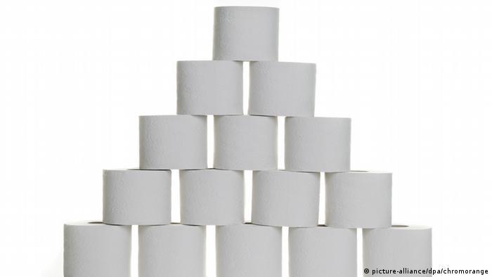 Pyramide aus Toilettenpapier vor weißem Hintergrund