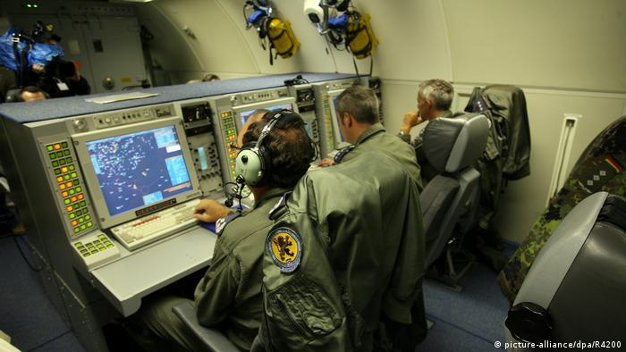 Солдати Бундесверу в літаку Boeing-707 з системою AWACS