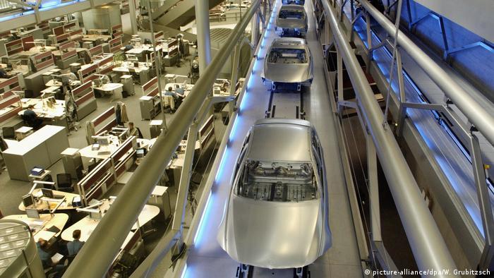 Detuschland BMW unterbricht wegen Flugverbot Produktion (picture-alliance/dpa/W. Grubitzsch)