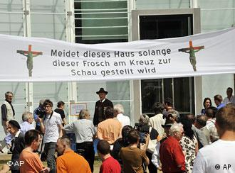 Protesto diante de museu em Bolzano