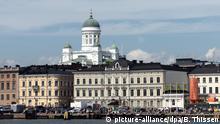 ARCHIV - Der Hafen in Helsinki am Sonntag (01.07.2012) in Helsinki, Finnland. ImHintergrund der Dom. Foto: Bernd Thissen (zu dpa «Die Farben der Städte: Ein Forscher geht auf Reisen» vom 12.10.2016) +++(c) dpa - Bildfunk+++ | Verwendung weltweit
