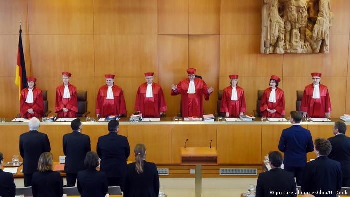 Karlsruhe Bundesverfassungsgericht CETA Entscheidung (picture-alliances/dpa/U. Deck)