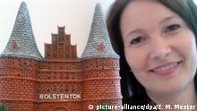 12.10.2016 Die Leiterin des Gästeservice der Lübeck und Travemünde Marketing GmbH, Alexandra Grothe, hält am 12.10.2016 ein Modell des Holstentores mit einem falschen Schriftzug in die Kamera. Foto: Eva Maria Mester/dpa (zu dpa «Schreibfehler macht Lübecker Holstentor zum Verkaufsschlager» vom 12.10.2016) +++(c) dpa - Bildfunk+++Copyright: picture-alliance/dpa/E. M. Mester