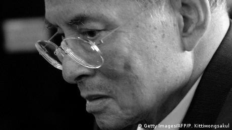 Thailand König Bhumibol gestorben schwarz/weiß (Getty Images/AFP/P. Kittiwongsakul)