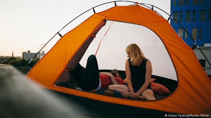 молодые в палатке за деньги