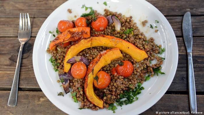 Deutschland Veganes Essen aus Linsen, Kürbis, Zwiebeln und Tomate in Berlin