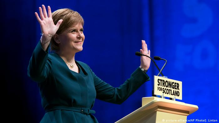 Schottland Regierungschefin Nicola Sturgeon in Glasgow (picture-alliance/AP Photo/J. Linton)