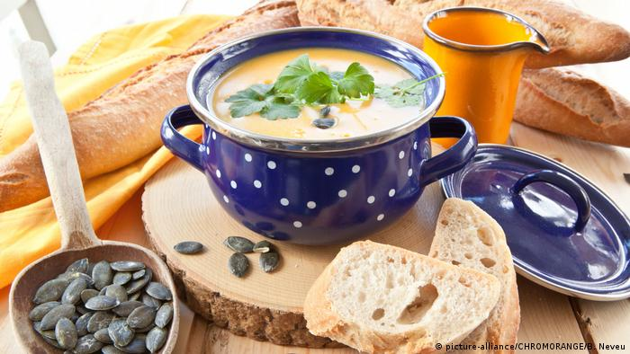 Soup in a blue bowl with baguette to the side (picture-alliance/CHROMORANGE/B. Neveu)
