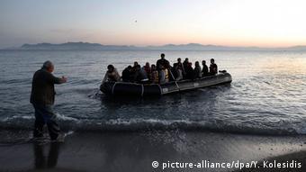 «Οι πρόσφυγες περνούν σχεδόν απαρατήρητοι στους τουρίστες» τιτλοφορεί η εφημερίδα Welt.
