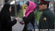 Iran Polizistin warnt Frau wegen falscher Kleidung