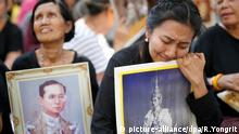 epaselect epa05584594 Thai well-wisher Donnapha Kladbupha (R) 42, mourns next to others as they wait for the procession to move body of late Thai King Bhumibol Adulyadej at Siriraj Hospital in Bangkok, Thailand, 14 October 2016. King Bhumibol, the world's longest reigning monarch died at the age of 88 in Siriraj hospital on 13 October 2016. EPA/RUNGROJ YONGRIT +++(c) dpa - Bildfunk+++
