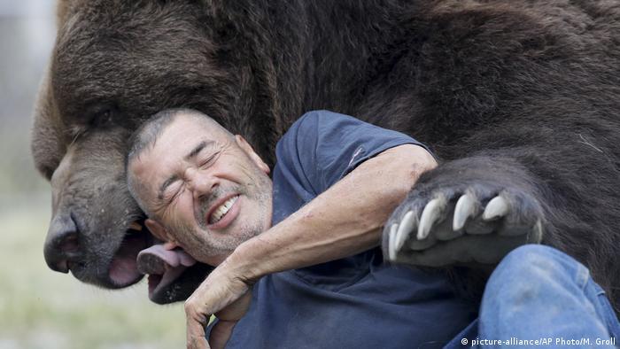 Jim Kowalczik und Jimbo Bear Nuzzler Kodiak Bär (picture-alliance/AP Photo/M. Groll)