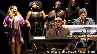 Stevie Wonder in concert (picture-alliance/AP Photo/J.Mone)