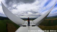 ARCHIV 2014 ****- Servicetechniker Andrè Sebesta arbeitet am 12.06.2014 auf einer der neuen Windkraftanlagen vom Typ Vestas V112 im neuen Windpark in Barkhagen (Mecklenburg-Vorpommern). Sieben Anlagen mit 140 Meter hohen Türmen gehen in der Nähe des Plauer Sees an offiziell ans Netz und sollen künftig rund 21.000 Haushalte mit Windstrom versorgen. Der Windpark wird vom Rostocker Windparkentwickler Umweltgerechte Kraftanlagen (UKA) errichtet. Foto: Jens Büttner/dpa (zu dpa Die wichtigsten Ereignisse des Jahres 2014 in MV vom 03.12.2014) +++(c) dpa - Bildfunk+++ | Verwendung weltweit