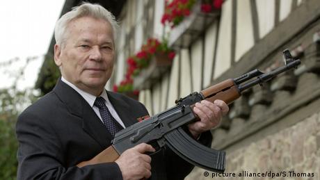 Mikhail Kalashnikov posing with his creation (picture alliance/dpa/S.Thomas )