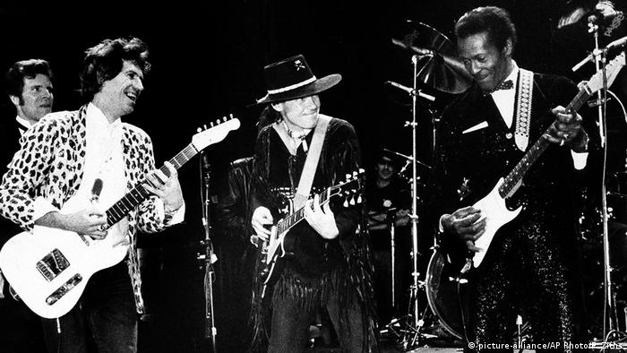 Chuck Berry, US-amerikanischer Sänger & Gitarrist - mit Keith Richards & Neil Young (picture-alliance/AP Photo/F. Ziths)