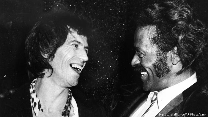 Chuck Berry, US-amerikanischer Sänger & Gitarrist - mit Keith Richards (picture-alliance/AP Photo/Vann)