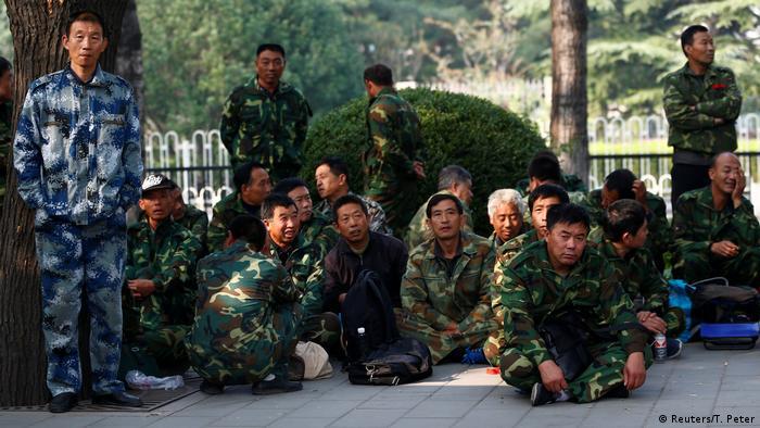 China Peking - Soldaten prostieren am Bayi Gebäude