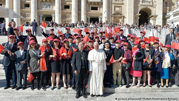 Vatikanstadt - Papst Franziskus trift auf chinesische Gruppe (picture-alliance/AP Photo/L'Osservatore Romano)
