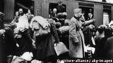 Deportation v.Juden/Bahnhof/Bielefeld... Nationalsozialismus: Judenverfolgung. - Deportation von Juden aus dem Regierungsbezirk Minden, Lippe-Detmold und Schaumburg-Lippe: Juden auf dem Bahnhof von Bielefeld vor dem Abtrans- port.- Foto, 13. Dezember 1941. |