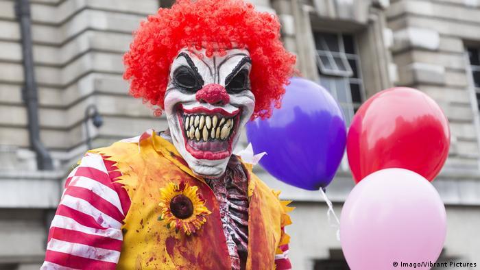 Клоун в устрашающей маске