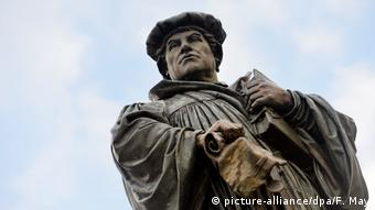 Martin Luther statue Eisleben (picture-alliance/dpa/F. May)