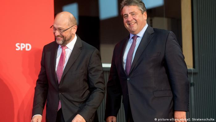 Martin Schulz and Sigmar Gabriel (picture-alliance/dpa/J. Stratenschulte)
