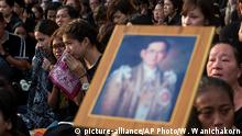 14.10.2016 Thais sob as they wait to pay their last respects to the body of King Bhumibol Adulyadej on the ground outside Grand Palace in a royal procession led by son and heir apparent Crown Prince Vajiralongkorn in Bangkok, Thailand Friday, Oct. 14, 2016. Bhumibol, the world's longest reigning monarch, died on Thursday at the age of 88. (AP Photo/Wason Wanichakorn)