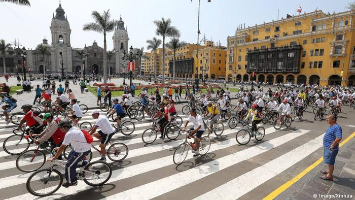 Peru Lima Gedenken Stadtgründung - Fahrradfahrer (Imago/Xinhua)
