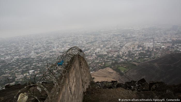 Muro de alvenaria com arame farpado em Lima, no Peru