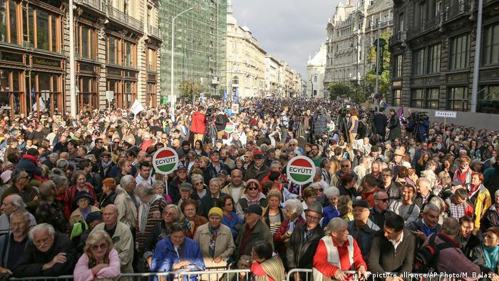 Supporters of three opposition parties Dialogue for Hungary (PM), Together and Politic Can Be Different attend a demonstration organised against corruption and to express solidarity with Hungarian political daily Nepszabadsag (picture alliance/AP Photo/M. Balazs)