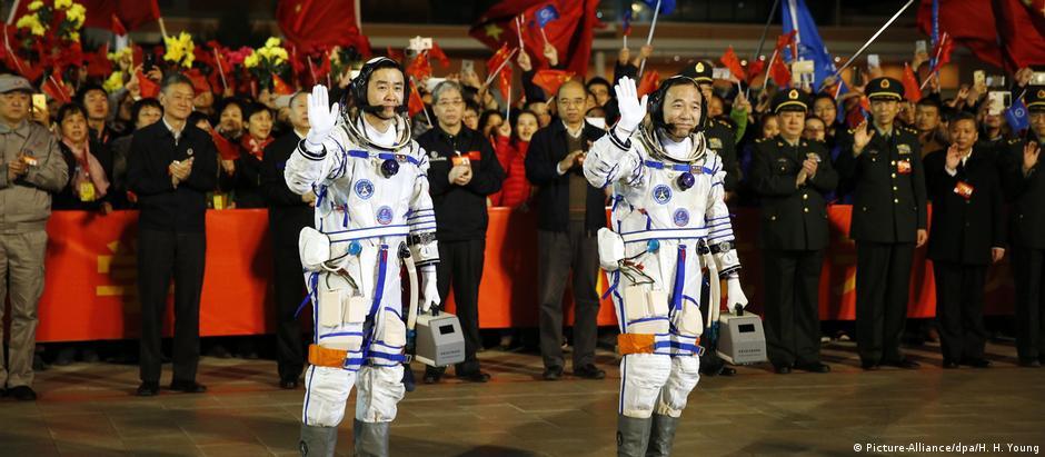 Os astronautas Jing Haipeng (dir.), que irá completar 50 anos no espaço, e o estreante Chen Dong, de 37 anos.