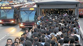 El 70% de los habitantes de Bogotá utilizan los autobuses exprés de la compañía TransMilenio.