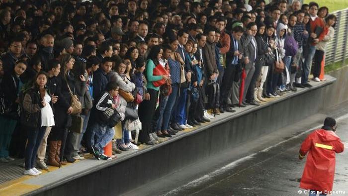 Personas esperan el próximo bus del Transmilenio. (Cristina Esguerra)