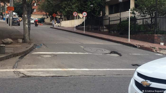 Baches dificultan el tránsito en Bogotá. (Cristina Esguerra)