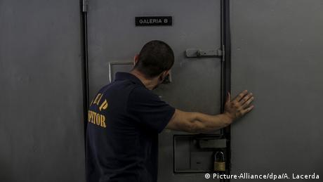 Unas 25 personas murieron en una pelea entre bandas rivales en una cárcel de la ciudad de Boa Vista, en la Amazonía brasileña.Siete de los fallecidos fueron decapitados y otros seis cadáveres fueron carbonizados en el motín ocurrido en la Penitenciaria Agrícola de Monte Cristo.