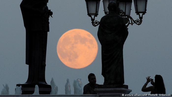 Mazedonien Skopje Supermond (picture-alliance/AP Photo/B. Grdanoski)