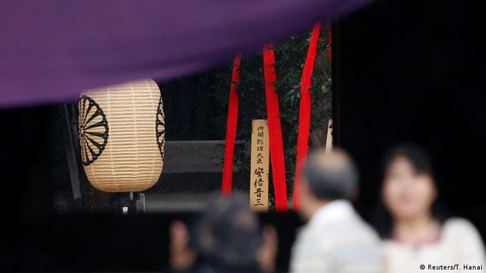 Japan Yasukuni-Schrein Masakaki-Baum Shinzo Abe (Reuters/T. Hanai)