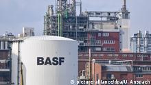 ARCHIV 18.02.2016 +++ Ein Tankbehälter mit der Aufschrift «BASF» steht am 18.02.2016 in Ludwigshafen (Rheinland-Pfalz) auf dem Werksgelände des Chemiekonzerns BASF. Foto: Uwe Anspach/dpa (zu dpa Explosion mit mehreren Verletzten bei BASF in Ludwigshafen vom 17.10.2016) +++(c) dpa - Bildfunk+++