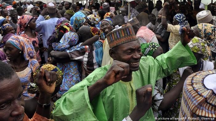 Nigeria Chibok Heimkehr Entführte Mädchen (picture-alliance/AP Photo/O. Gbemiga)