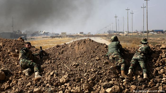 Kurdish security forces take up a position as they fight overlooking the Islamic State-controlled in villages surrounding Mosul (picture-alliance/AP Photo)