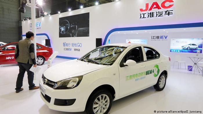 Китайский электромобиль JAC IEV4 на выставке в КНР