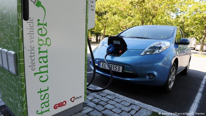 Электромобиль Nissan Leaf стоит у зарядной колонки в норвежском городе Мосс