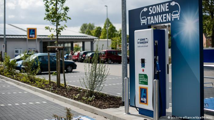 На парковках німецької мережі дискаунтерів Aldi встановлюють безплатні зарядні станції