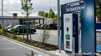 Точка зарядки электромобилей на стоянке супермаркета Aldi