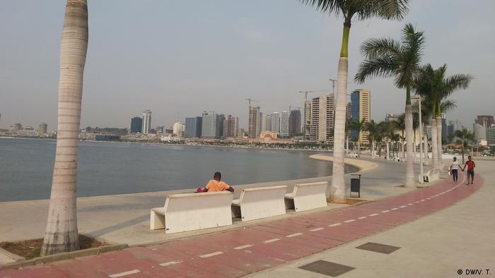 Angola Bucht von Luanda mit Skyline (DW/V. T.)