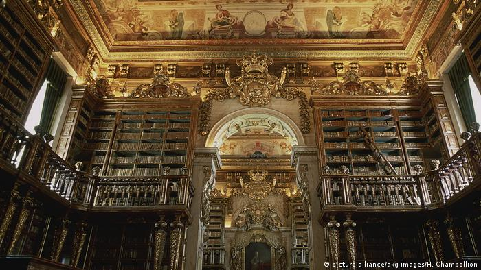 Alte Bibliothek der Universität Coimbra in Portugal (picture-alliance/akg-images/H. Champollion)